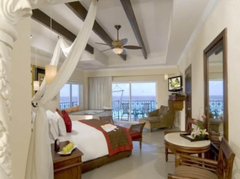 海の眺めも最高!ゆったりできるトロピカルモダンな客室インテリア