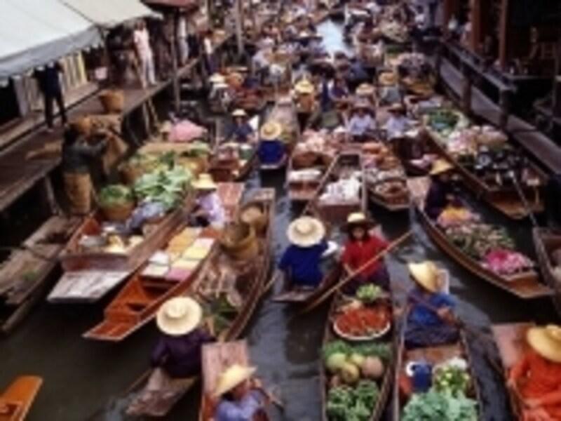 最近では外国人用の水上マーケットより、地元の人向けの水上マーケットの方が観光客にも人気が出てきている(c)タイ政府観光庁
