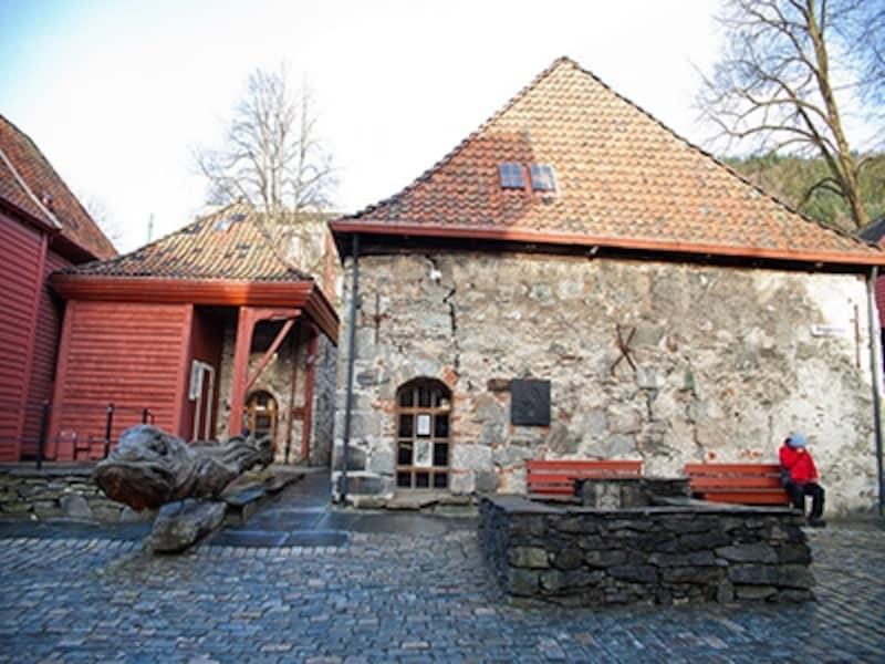 ブリッゲン、木彫りの魚と井戸