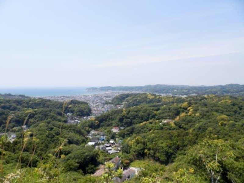 衣張山山頂から望む、海や鎌倉の三方を囲む山並み