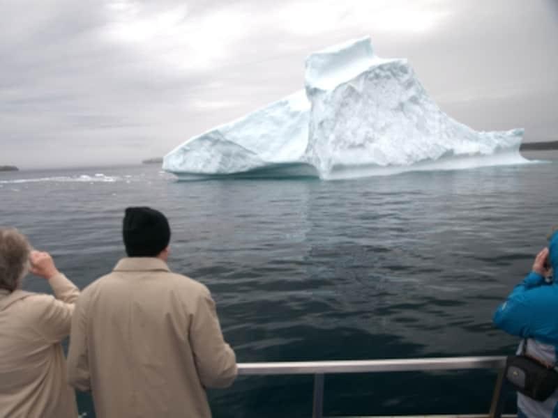 いくら寒い海上とは言え、6月の氷山観光シーズンでも装いは冬物。夏の涼しさがご想像いただけるのでは?(C)CTC