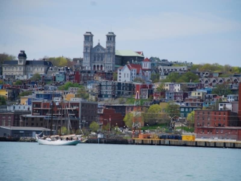 セントジョンズはカナダで最も歴史ある町だけに、文化財に指定されるような建物が多数(C)CTC