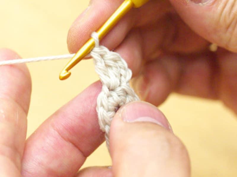 長編みが2目編めたところ