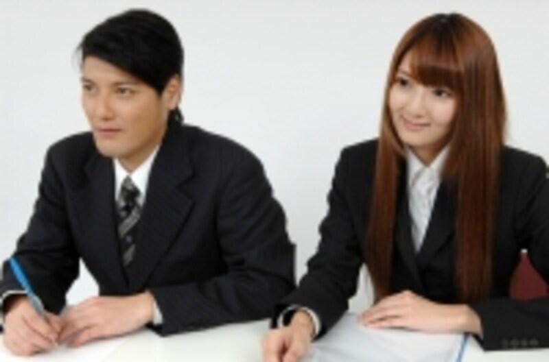 ビジネスマンが並んで勉強?