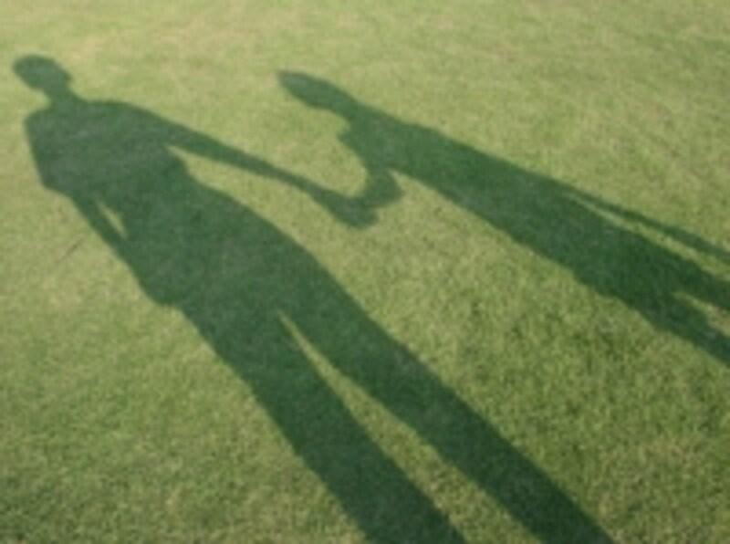 手をつなぐ影