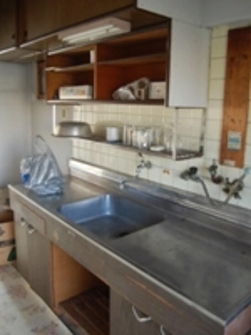 長く使っていたキッチンは収納扉が破損し、油汚れがキッチンバックのタイル面にこびりついていました。