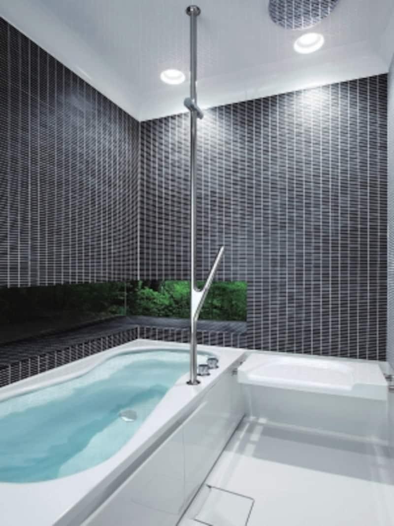 人の身体のラインに合わせ、水たまりのような曲線的な浴槽。センターポール(中央手すり)やオーバーヘッドシャワーなど、快適さとデザイン性が魅力。[ハーフバス08undefinedType8]undefinedTOTOundefinedhttps://jp.toto.com/