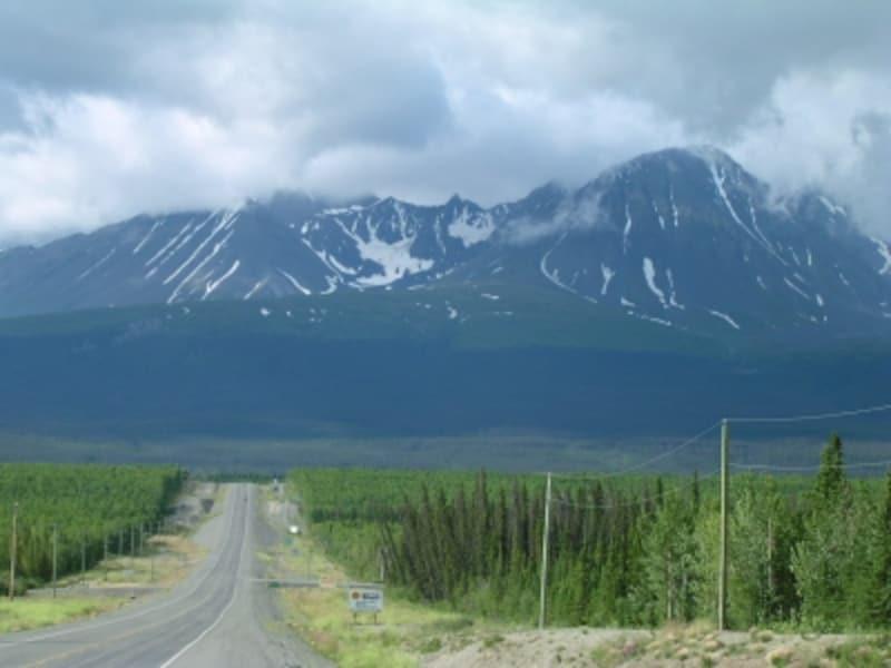 大自然の中を一直線に走る道路!