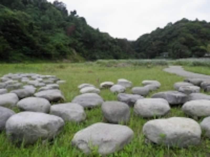永福寺跡に復元された建物の礎石