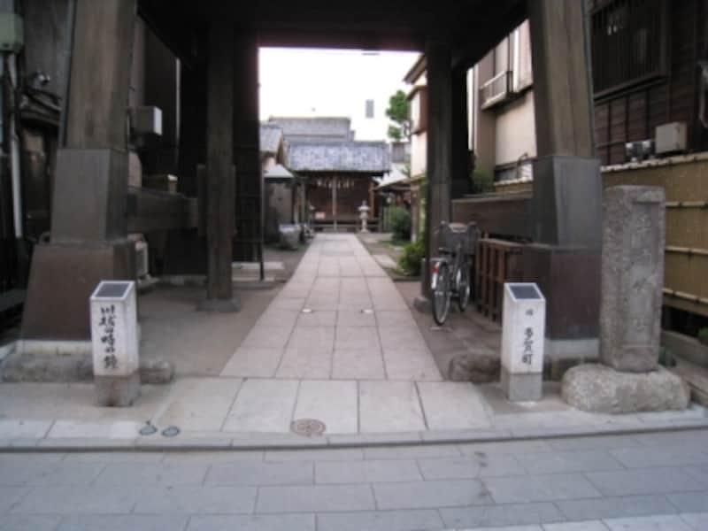 時の鐘の奥にある薬師神社
