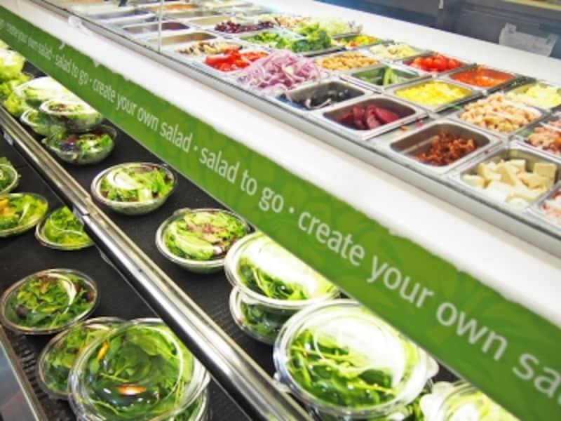 好みの野菜とドレッシングでカスタマイズできるサラダ