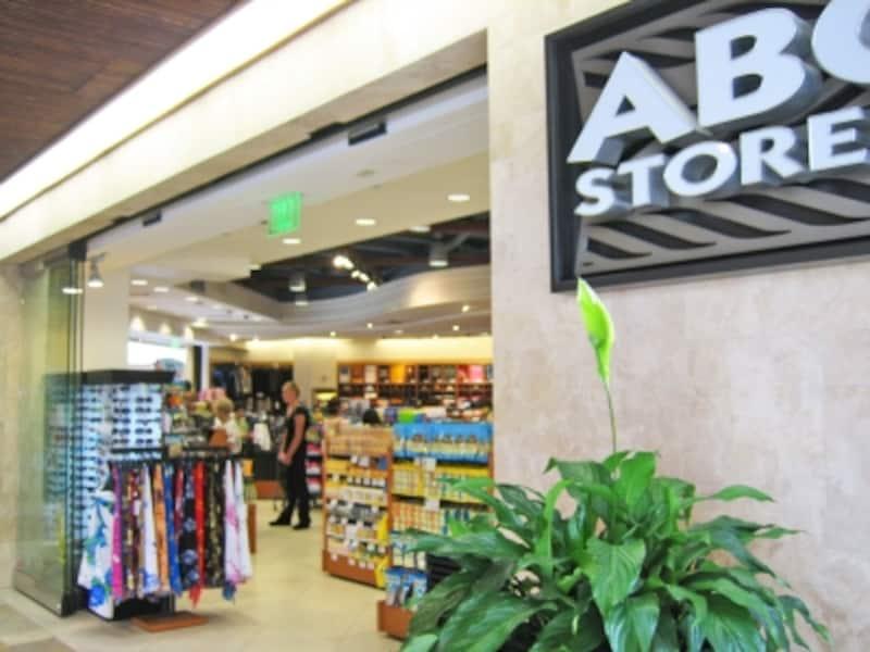 店舗によって品揃えが異なる。大型店は惣菜や弁当の種類も豊富。画像はロイヤル・ハワイアン・センター店