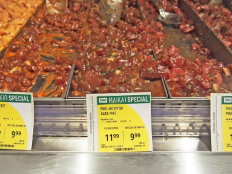 ハワイの「ベスト・ポキ」に輝くフードランド系スーパーのポキ。対面カウンターでは試食もできる(フードランド・ファームズアラモアナ店)