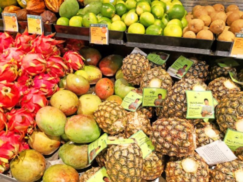 ハワイでなければ食べられない甘いハニークリームパイナップル。値札は1ポンド当たりの値段なのでご注意を(フードランド・ファームズアラモアナ店)