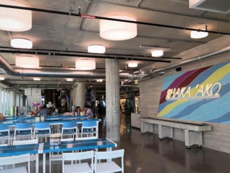 2階にはイートインスペースとバー、ロゴ入りグッズショップもあるホールフーズ・マーケットクイーン店