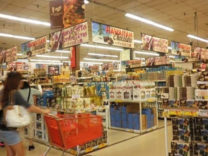 入口すぐにあるハワイ土産コーナー。ハワイアンプリントの雑貨も多く揃う