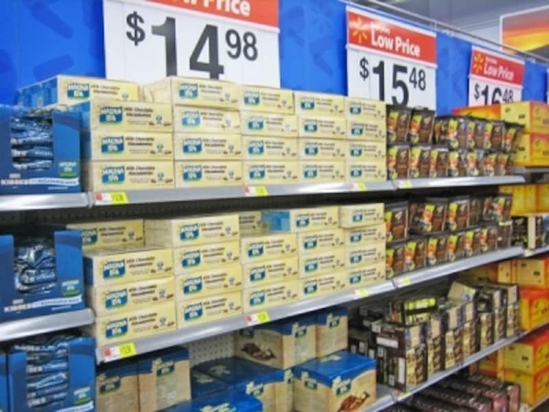 マカダミアナッツチョコレートの箱売りもあるウォル・マート。同じ商品をまとめ買いすると、さらにお得
