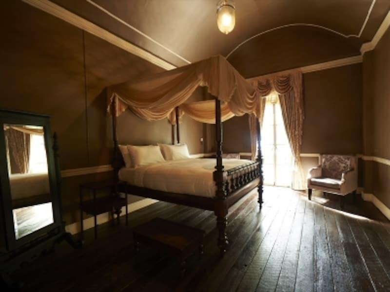 アンティーク家具に囲まれた寝室。こんなお姫さまベッドで眠ったらスィートな夢がみれそう…