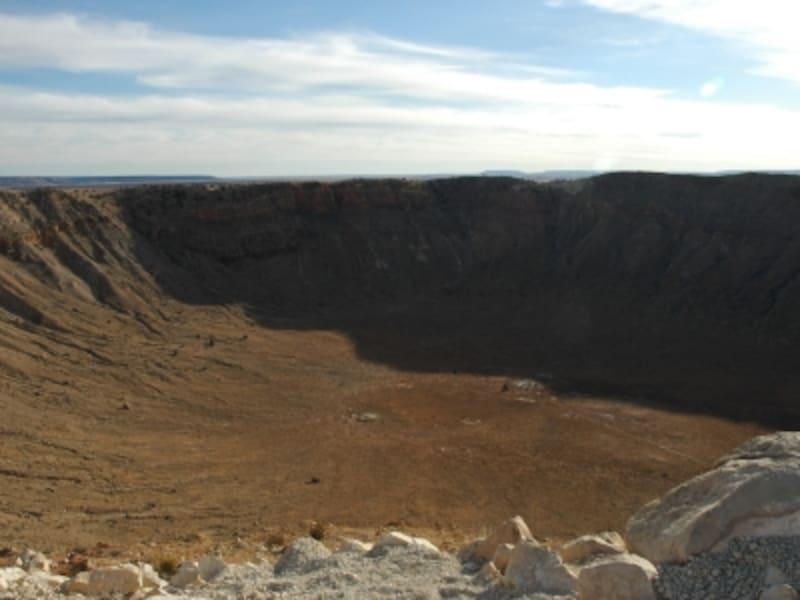 隕石衝突時に吹き上げられた土もほぼそのままの状態で残っている