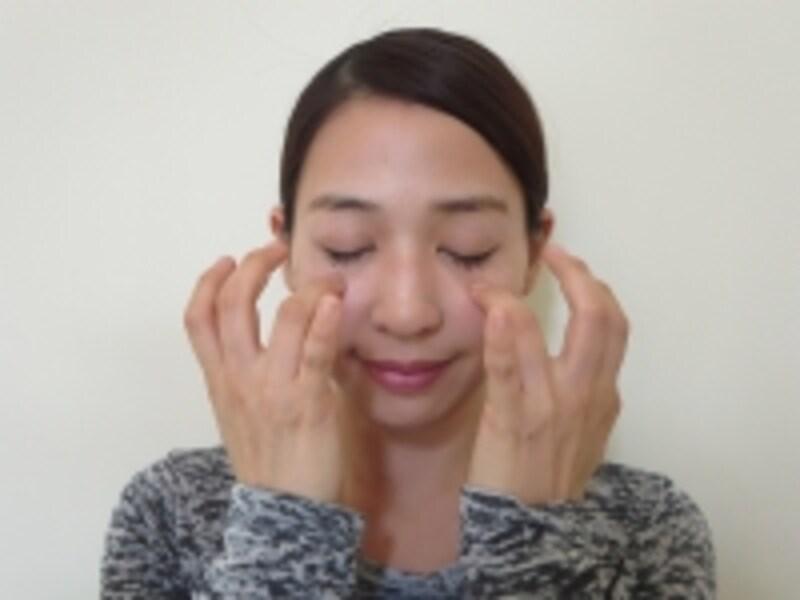 頬上の筋肉を刺激する