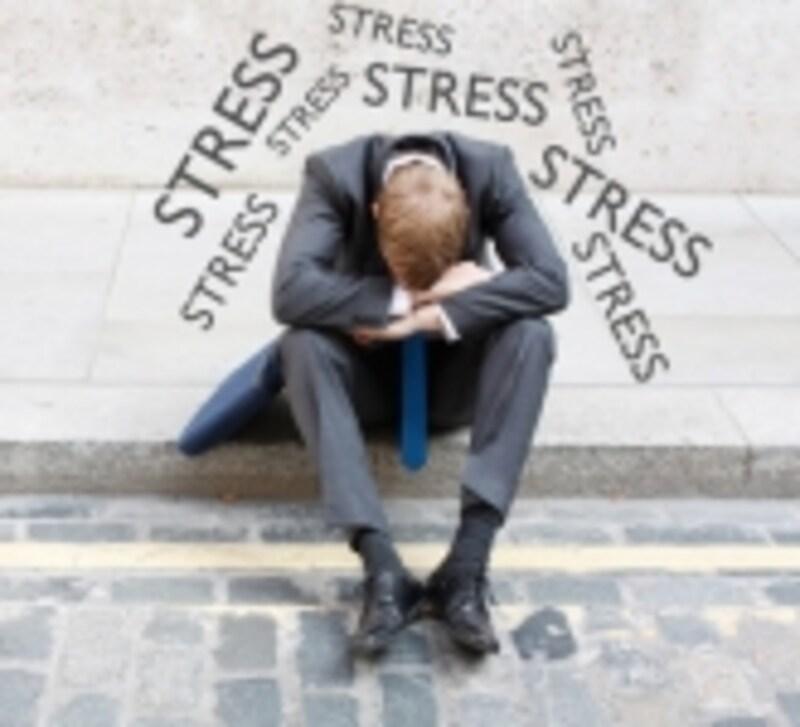 ストレスが重くのしかかる男性