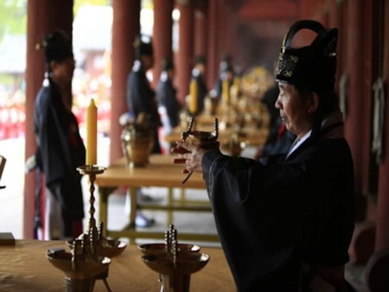 厳かな雰囲気の中行われる宗廟大祭。一度は見てみたい韓国の儀礼です(c)KoreaTourismOrganization