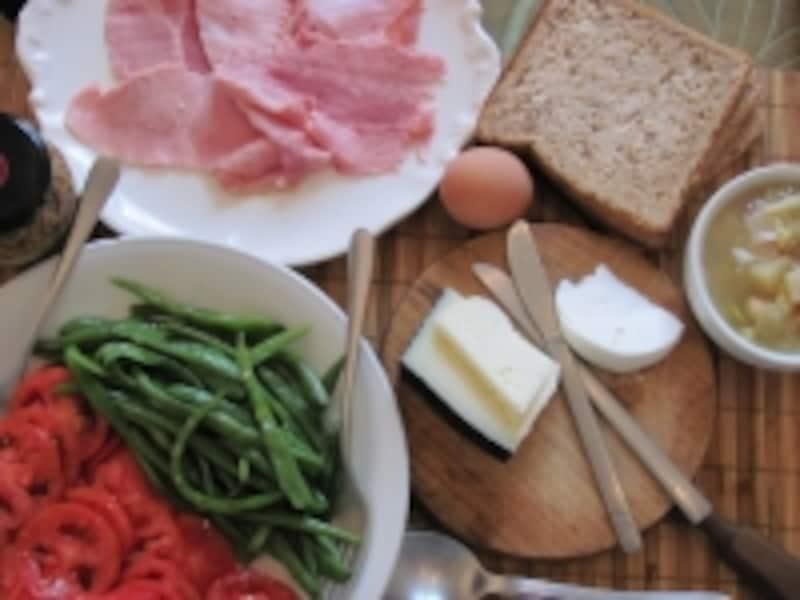 地中海の朝食たっぷりの野菜サラダと全粒粉パンが低GI食にします。(c)KAWAIkatsuyuki