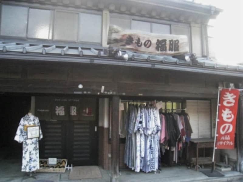 福服川越店。手頃な価格が魅力のアンティーク着物が揃います。