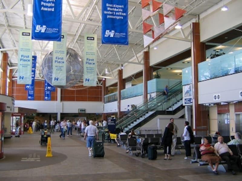 カナダ東海岸への玄関口である空港ターミナルビルの館内