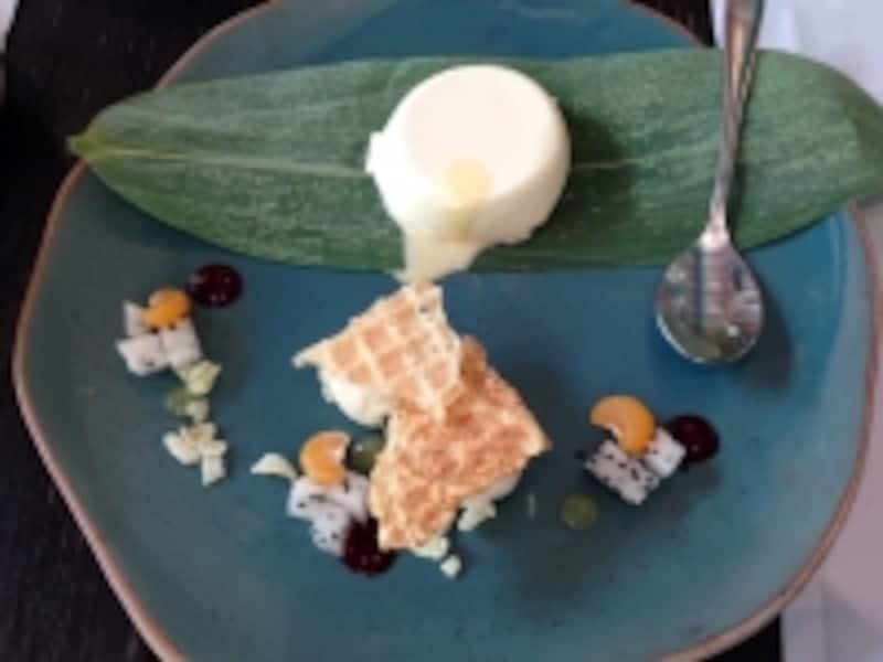 レモングラス風味のパンナコッタ。タイをリスペクトしたデザートが他にも揃う