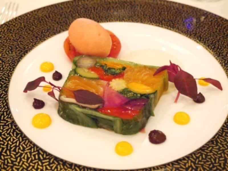 全てのコースに含まれている「旬の野菜達の宝石箱」と称されるテリーヌ