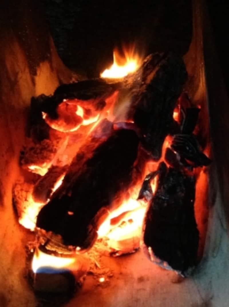赤く燃える炭