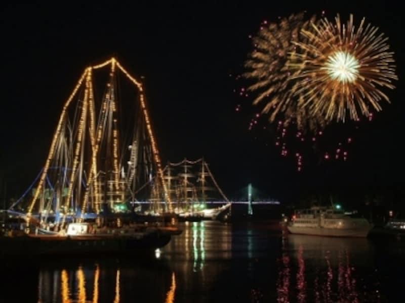 夜は帆船をバックに海から花火が打ち上げられます