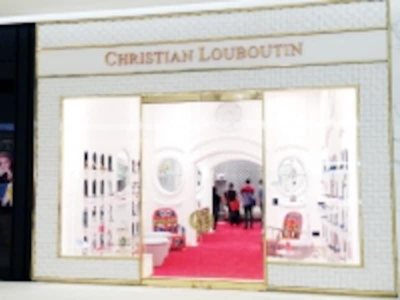 クリスチャン・ルブタンでは富裕層のツーリストがまとめ買いする姿も