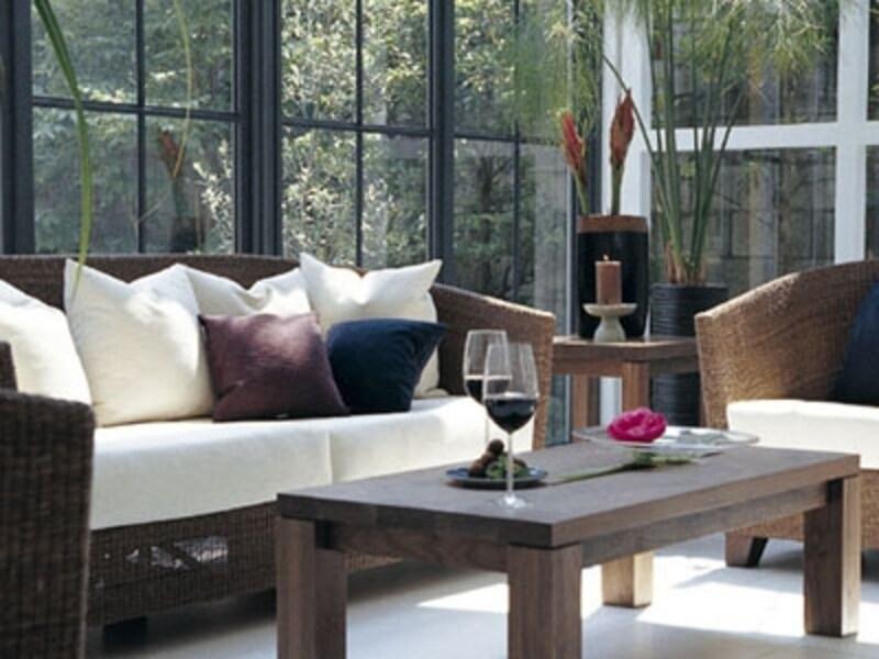 このソファはワイスワイスのLOCIロキシリーズ。ソファのフレーム部分はシーグラスという水草を使ったもの。籐とはまた一味ちがう表情になります。