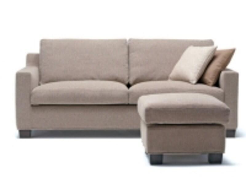 極シンプルなデザインのソファなら、アジアンリゾート風でもOK。シンプルだからこそ、貼り地の素材感は良く吟味して。アクタスのVITESSEというソファ。(画像:アクタス)