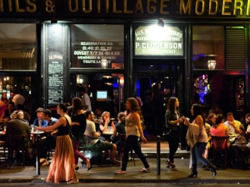 夜のカフェで女性一人はあまり見かけない(c)ParisTouristOffice-Photographe:AmelieDupont
