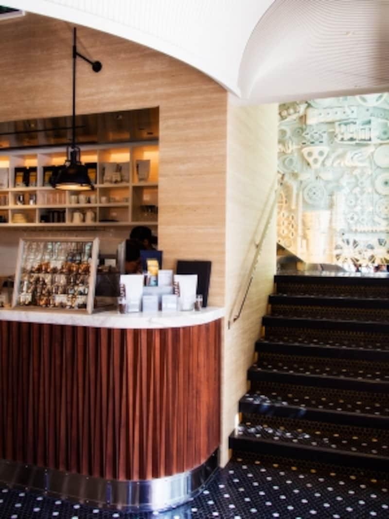 コーヒーカウンターの右手階段から2階へ。壁にあしらわれた純白のオブジェはLEXUSの部品の数々。これも見どころのひとつ。