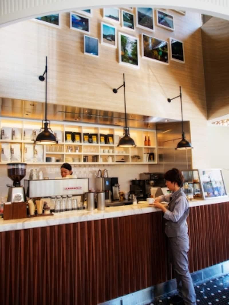 コーヒースタンド。まずカウンターで注文を。