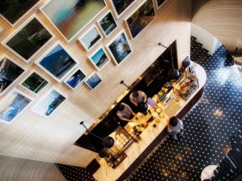 2階ラウンジの吹き抜けから眺める1階コーヒースタンド。