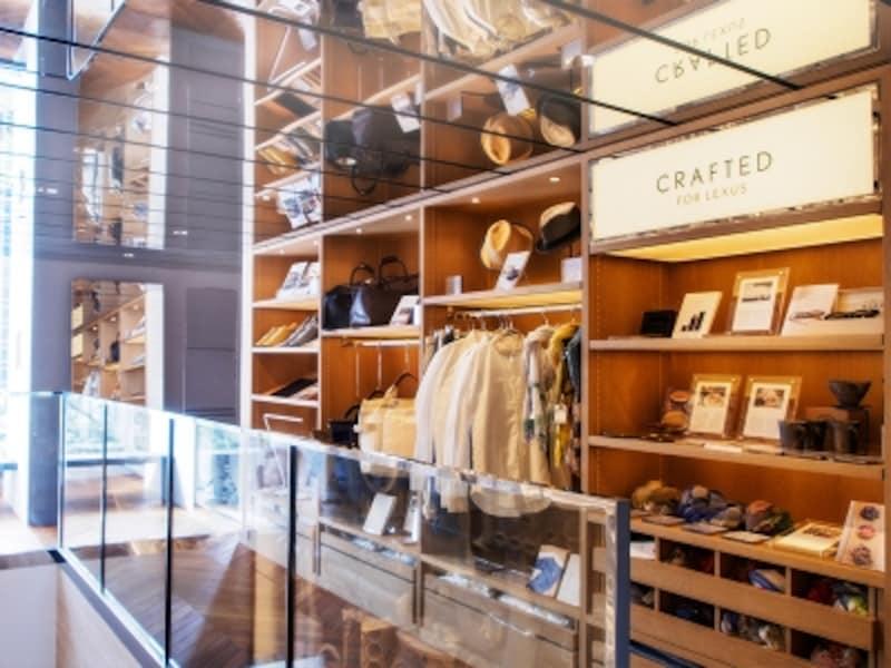 2階ショップ「CREATEDforLexus」にはレクサスのフィロソフィーとクラフトマンシップに共鳴する日本の若い作り手たちの作品が並びます。