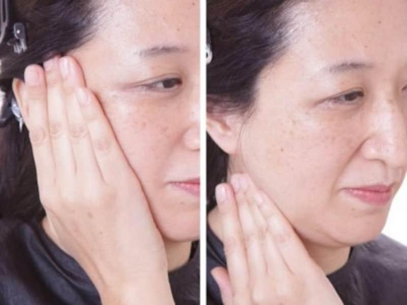 手のひら全体で頬のシワを伸ばす