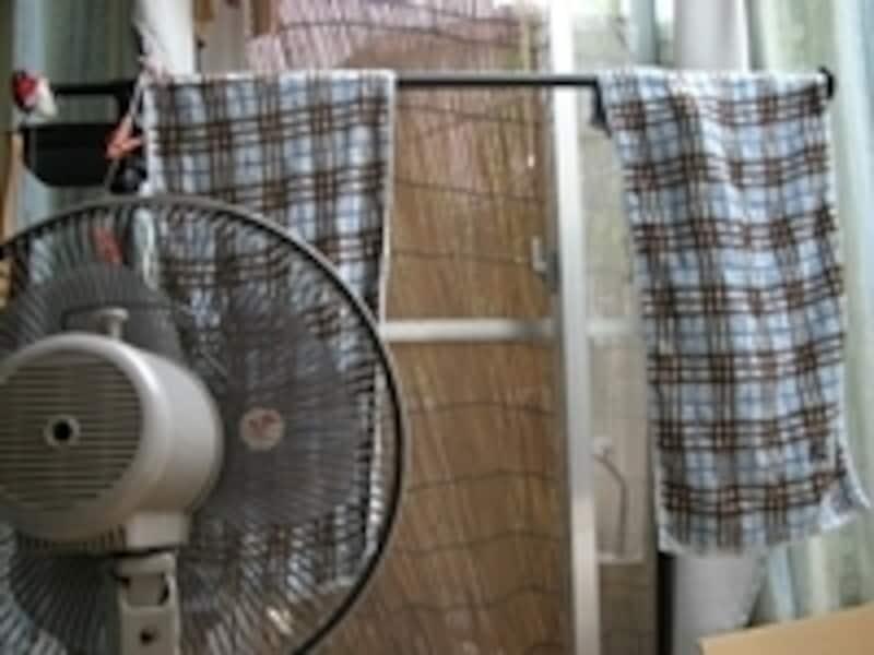 扇風機の風を当てると洗濯物は早く乾く