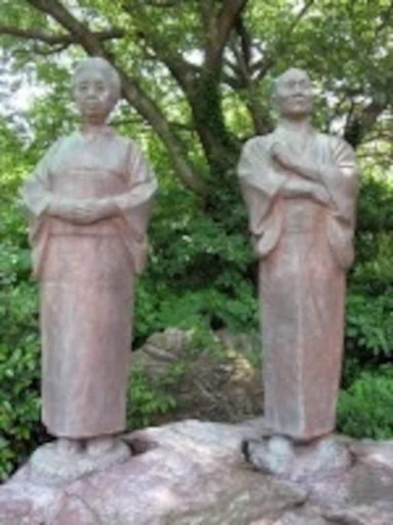 宇佐美翁夫妻の像