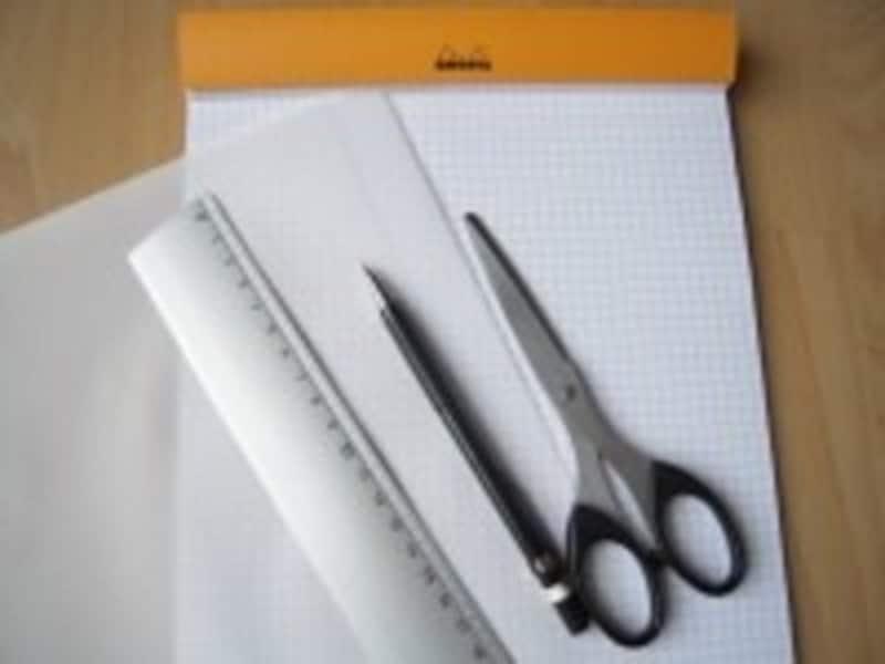 画像は一般的な30センチ定規ですが、本格的に裁縫を続けるなら、方眼定規もあると型紙作りに便利