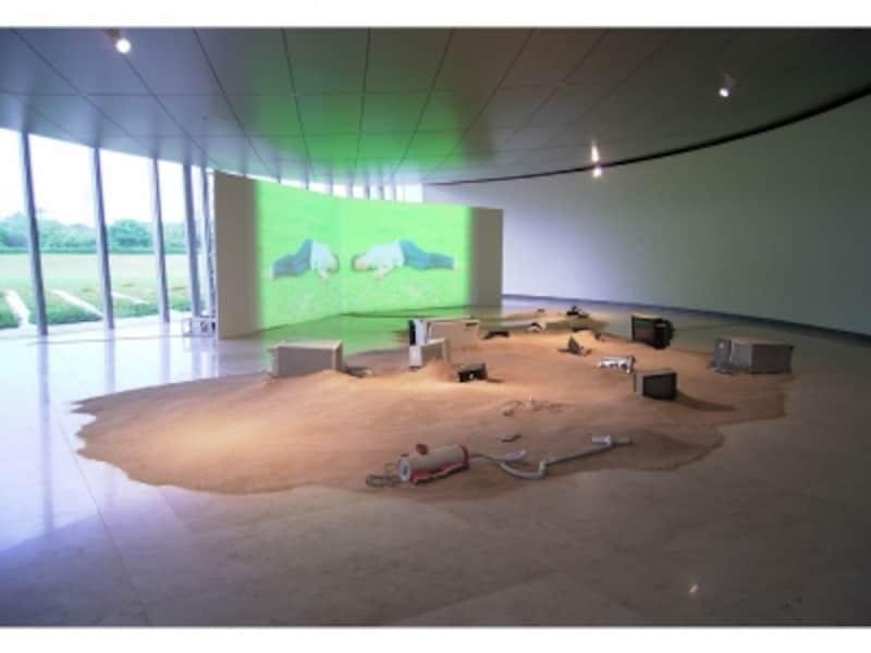 「夏の蜃気楼」展(2005年)よりundefined稲垣智子《オアシス》undefined映像、砂、電化製品、サウンド