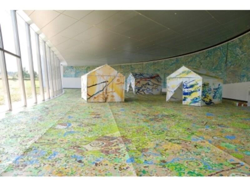 「エコ&アート展」(2009年)よりundefined日比野克彦《DNAPLAIN》段ボール、紙、テント