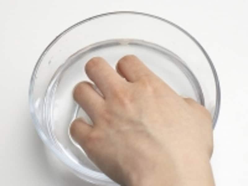 甘皮・ルーズスキンのお手入れ方法2:指先をお湯につけて甘皮を柔らかくする