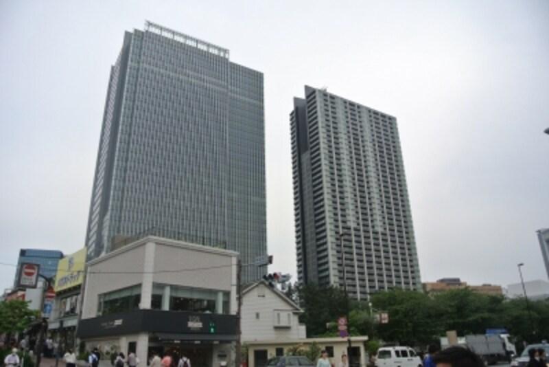「飯田橋グラン・ブルーム」と「パークコート千代田富士見ザundefinedタワー」の外観undefined