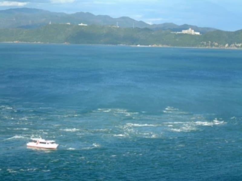 渦の道から眺める鳴門海峡と観潮船
